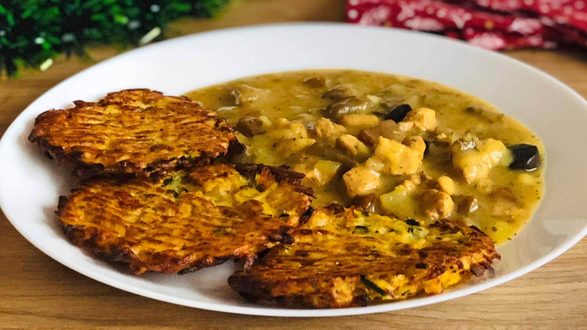 Pieczone placki ziemniaczano- cukiniowe z sosem grzybowym
