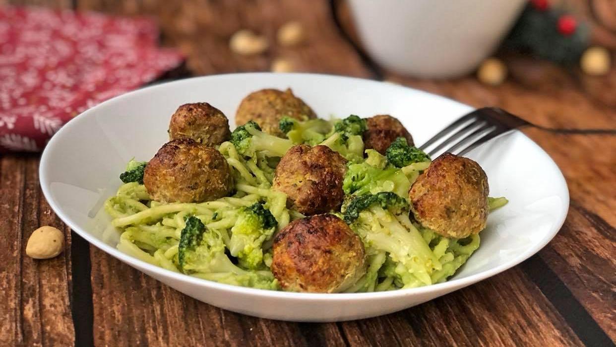 Spaghetti z brokułowym pesto i pieczonymi klopsikami